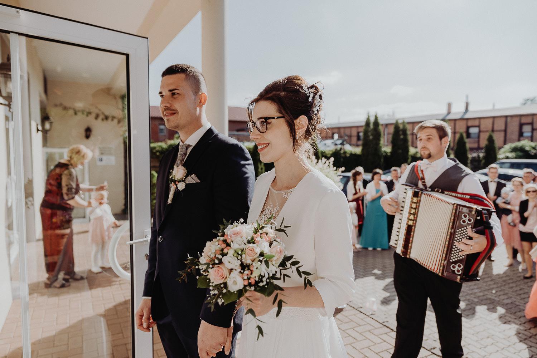Kirchliche-Hochzeit-in-Wörlitz-Wörlitzer-Hof-by-Steven-Schwanz-123